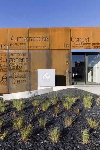 Photo d'architecture extérieure. Office notarial moderne conçue par l'architecte Thierry Bonne. Jardins conçus par la paysagiste Ursula Kurz de l'agence Pasodoble. | Philippe DUREUIL Photographie