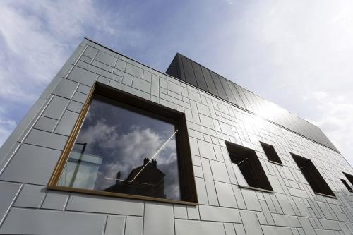 Photo d'architecture extérieure. Extension de bureaux, façade en bardage zinc. Architecte Thierry Bonne | Philippe DUREUIL Photographie