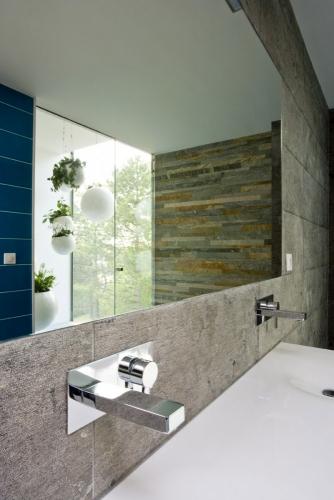 Photographie d'architecture intérieure, salle d'eau dans une maison d'architecte dessinée par l'architecte Thierry Bonne. | Philippe DUREUIL Photographie