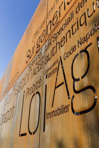 Photographie d'architecture. Façades en acier Corten de l'office notarial Julien Ast & Frédéric Carcelle construit par l'architecte Thierry Bonne. Graphisme le l'écriture réalisé par le graphiste Régis Biecher. | Philippe DUREUIL Photographie