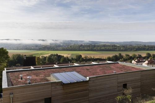 Toiture végétalisée d'une maison à ossature bois avec vue sur la vallée de la Marne. Architecte Thierry Bonne   Philippe DUREUIL Photographie