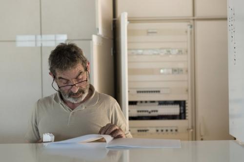 Électricien au travail sur la construction de l'Office Notarial Ast & Carcelle réalisé par l'architecte Thierry Bonne. | Philippe DUREUIL Photographie