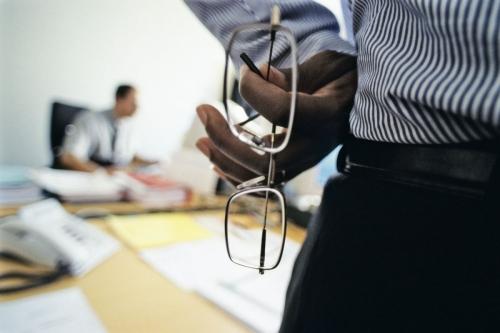 Photo corporate d'un chef de projet debout dans une réunion.   Philippe DUREUIL Photographie