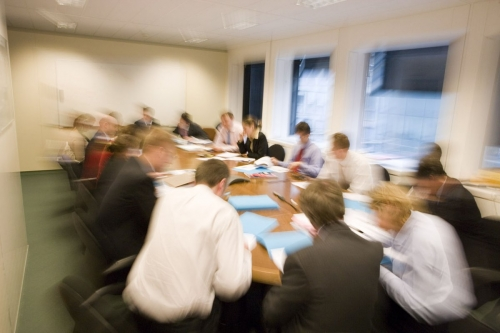 Conférence téléphonique avec 16 personnes autour d'une table   Philippe DUREUIL Photographie