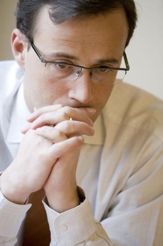 photo de portrait corporate d'un homme au travail en situation de réflexion.   Philippe DUREUIL Photographie