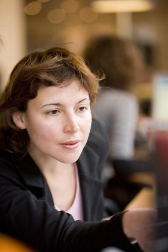 Portrait corporate d'une femme à son bureau. | Philippe DUREUIL Photographie