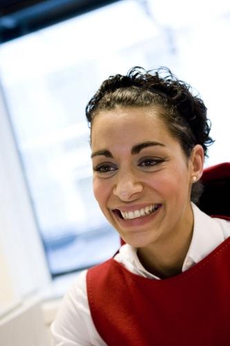 Portrait d'une femme au bureau. photo corporate réalisé pour illustrer le rapport annuel du Groupe AXA   Philippe DUREUIL Photographie