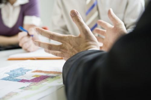 Illustration de la communication non verbale pendant une réunion de travail en entreprise | Philippe DUREUIL Photographie