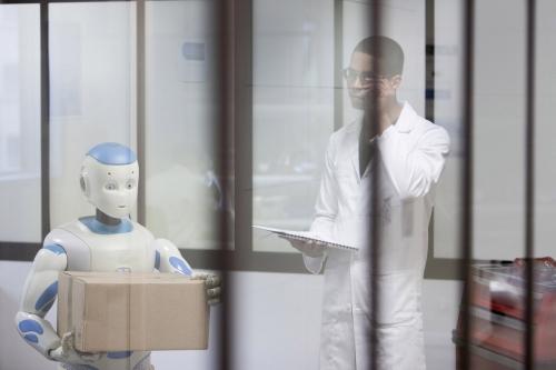 Photographe corporate, j'ai réalisé ce visuel dans un atelier de R&D robotique. Annonceur : SoftBank Robotique. Agence : Toma. DA : Aurélien Esquivet.   Philippe DUREUIL Photographie