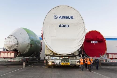 Photographie corporate réalisée pour AXA Corporate Solutions. Déchargement de tronçons du fuselage de l'Airbus A 380 au terminal roulier du port de Nantes Saint-Nazaire à Montoir-de-Bretagne. | Philippe DUREUIL Photographie