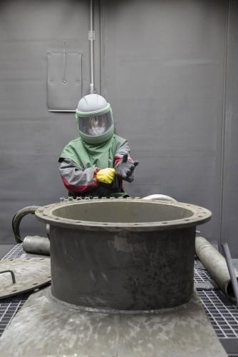 Grenaillage de pièces en acier pour décontamination, centrale de Greifswald. | Philippe DUREUIL Photographie