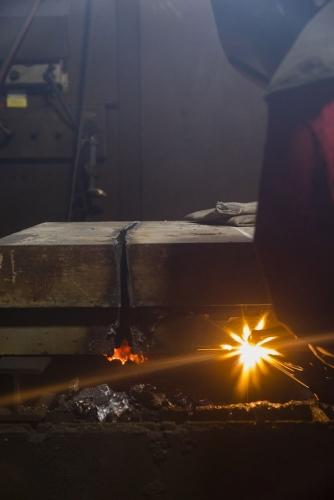 Découpage d'une épaisse plaque d'acier au chalumeau. | Philippe DUREUIL Photographie
