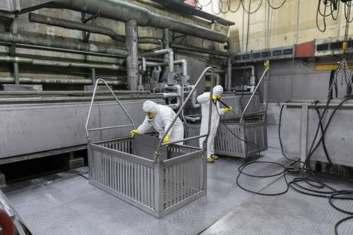 Démantèlement de la centrale nucléaire de Greifswald, nettoyage haute pression des plaques après un bain d'acide | Philippe DUREUIL Photographie