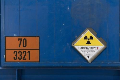 Signalétique présente sur un conteneur pour le transport de déchets nucléaires radioactifs. | Philippe DUREUIL Photographie
