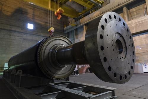 Aimant de turbine en cuivre décontaminé dans la salle des turbines de la centrale de Garigliano. | Philippe DUREUIL Photographie