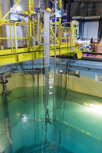 Découpe en piscine à l'aide d'un robot télécommandé d'éléments internes de la cuve réacteur à la centrale nucléaire de Chooz A. | Philippe DUREUIL Photographie