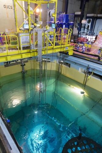 Opérateurs au travail, découpe sous l'eau d'éléments internes de la cuve à la centrale nucléaire en démantèlement de Chooz A. | Philippe DUREUIL Photographie