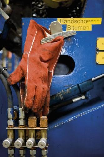 EPI - Gants de protection - Sécurité au travail dans l'entreprise - Reportage photo développement durable réalisé pour Interface Flor | Philippe DUREUIL Photographie