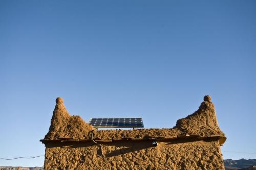 Panneau solaire au Maroc installés sur une construction en pisé | Philippe DUREUIL Photographie