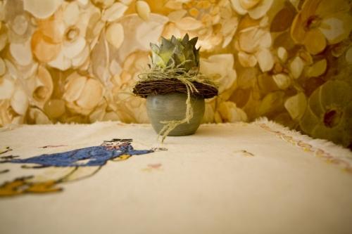 Décoration kitsch sur une table | Philippe DUREUIL Photographie