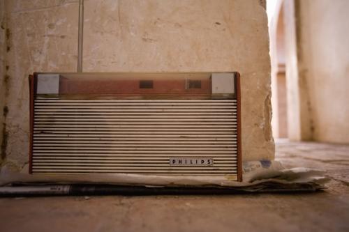 Vieux poste de radio posé sur le sol | Philippe DUREUIL Photographie
