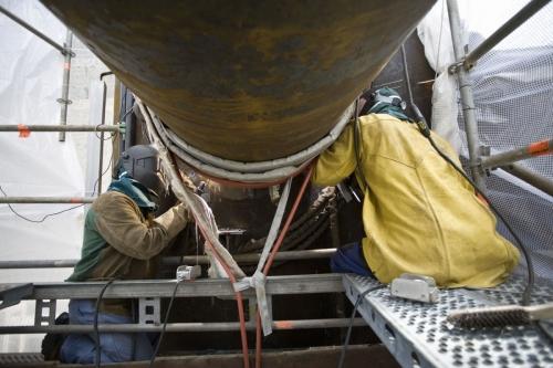 Photographie industrielle réalisée à la DCNS de Brest. Soudeurs au travail sur l'assemblage du tripode de l'hydrolienne l'Arcouest d'EDF. Agence Toma. | Philippe DUREUIL Photographie