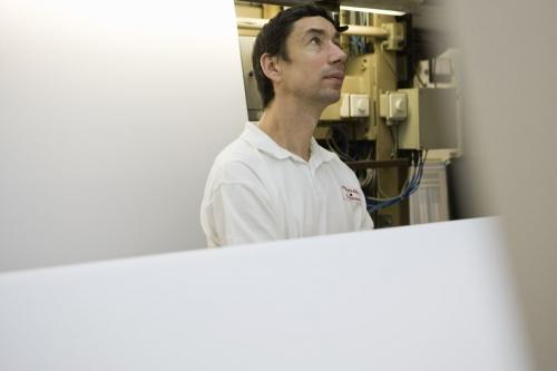Photographie industrielle réalisée pour le groupe Ferrari Textiles. Contrôle qualité sur une ligne de production. | Philippe DUREUIL Photographie