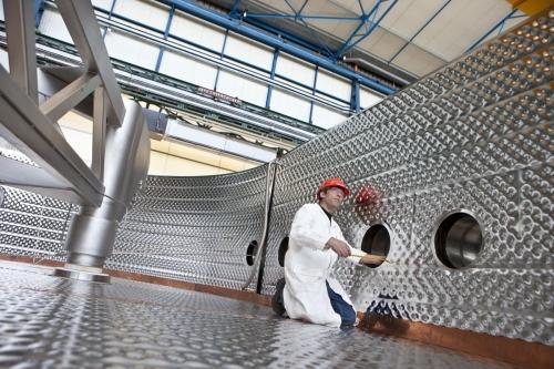 Chercheur au travail à l'intérieur du cryostat dans un laboratoire du CEA à Saclay | Philippe DUREUIL Photographie