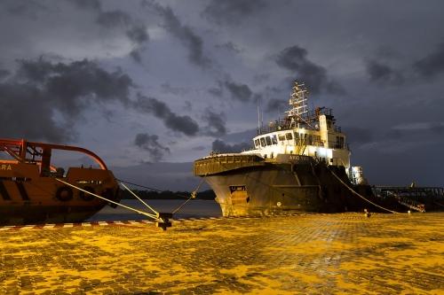 Photo industrielle d'un navire à quai à la tombé de la nuit. Photographie réalisée pour le Groupe Necotrans à Douala, Cameroun. | Philippe DUREUIL Photographie