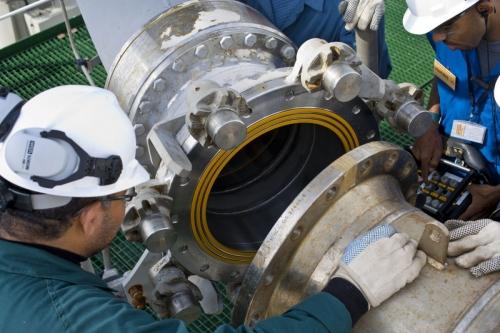 Terminal méthanier de Idku en Égypte - Photo industrielle illustrant le branchement d'un bras de chargement d'un navire méthanier - Cliché réalisé pour GDFSUEZ | Philippe DUREUIL Photographie