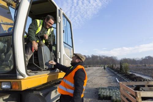 Le paysagiste Thierry Jourd'heuil salue un ouvrier aux commandes d'une pelleteuse sur le chantier des jardins du château de Chambord. | Philippe DUREUIL Photographie