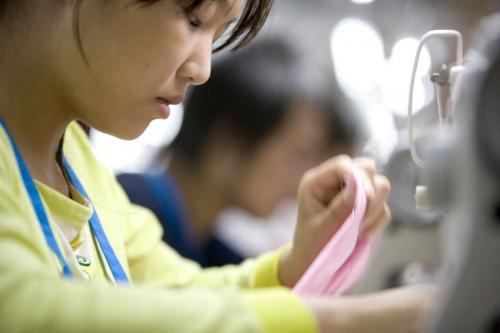 Femme au travail dans un atelier de couture Asiatique | Philippe DUREUIL Photographie