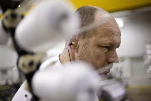 Homme au travail dans un atelier de tissage réalisée pour le Groupe FERRARI TEXTILES | Philippe DUREUIL Photographie