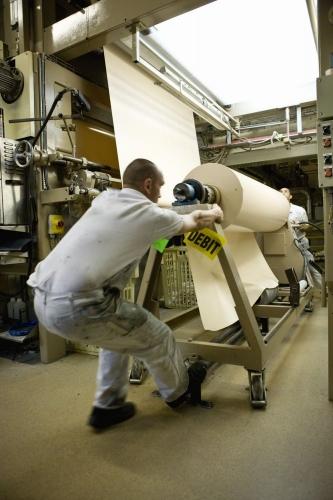 Homme au travail dans un atelier de fabrication | Philippe DUREUIL Photographie