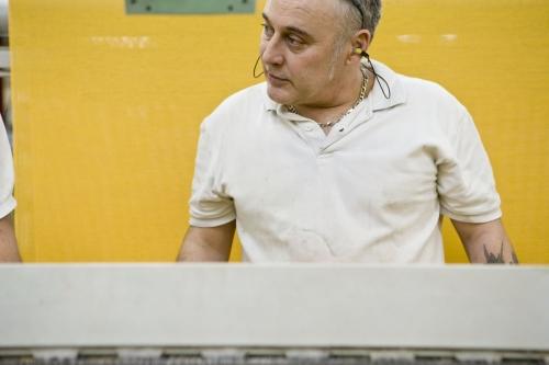 Photo d'un homme au travail dans un atelier de tissage réalisée pour le Groupe FERRARI TEXTILES | Philippe DUREUIL Photographie