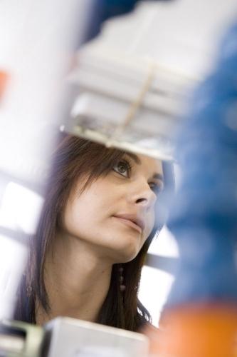 Reportage à la manufacture Jaeger-LeCoultre. Femme au travail dans un atelier. | Philippe DUREUIL Photographie
