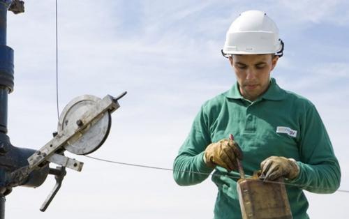 Photographie corporate réalisée pour Storengy - Homme au travail qui entretient une tête de puits | Philippe DUREUIL Photographie
