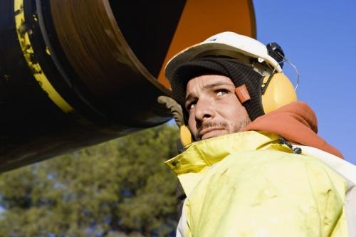 Homme au travail sur un chantier de pose d'un gazoduc - Photographie industrielle réalisée pour GRTgaz | Philippe DUREUIL Photographie