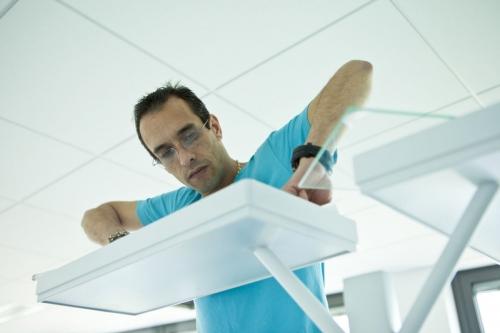 Photo d'un homme au travail qui installe un lampadaire - Photographie de commande réalisée pour Radian Éclairage | Philippe DUREUIL Photographie