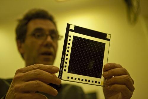 Portrait d'un chercheur dans un laboratoire de recherche du CEA éclairé en lumière inactinique | Philippe DUREUIL Photographie