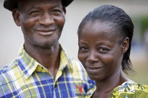 Portrait d'un couple de fermier, planteur de café, en Côte d'Ivoire. Photographie de portrait de la vie quotidienne commandée par Nescafé®. | Philippe DUREUIL Photographie