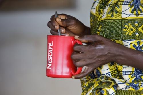 Homme tenant une tasse de nescafé® | Philippe DUREUIL Photographie