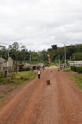 Route principale d'un village de brousse, photo de reportage réalisée pour Nescafé® en Côte d'Ivoire. | Philippe DUREUIL Photographie