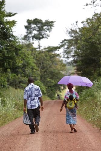 Piste dans la brousse. Photographie de reportage réalisée pour Nescafé® en Côte d'Ivoire. | Philippe DUREUIL Photographie