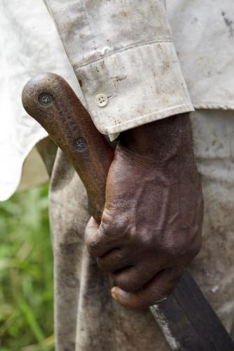 Photographie d'illustration réalisée pour Nescafé® en Côte d'Ivoire. Machette dans la main d'un planteur de café. | Philippe DUREUIL Photographie