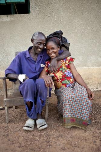 Un planteur de café et sa femme assis devant leurs maison, Côte d'Ivoire. Photographie de commande réalisé pour Nescafé®. | Philippe DUREUIL Photographie