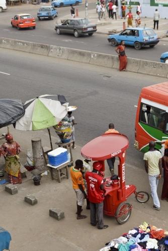 Reportage photographique réalisé pour Nescafé® à Abidjan, Côte d'Ivoire. Photo d'un Pushcart. | Philippe DUREUIL Photographie