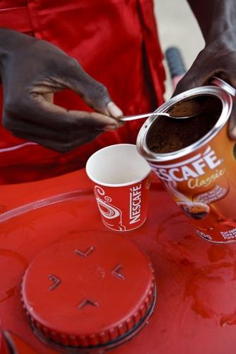 Reportage photo réalisé pour Nescafé® à Abidjan, Côte d'Ivoire. Photo d'un vendeur en pushcart. | Philippe DUREUIL Photographie