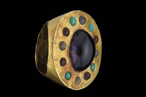 Photographie de pack-shot d'un bijou ancien en or et pierres précieuses réalisée en studio à Paris. | Philippe DUREUIL Photographie