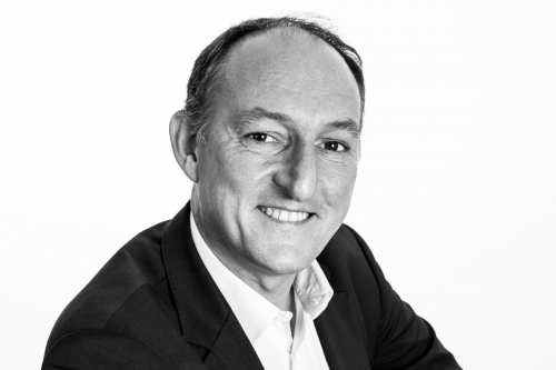 Photographie de portrait Noir & Blanc réalisée en studio à Paris. Portrait de M. Yann Montfort, Architecte d'intérieur & Design. Agence : Ante Prima. DA : Régis Biecher. | Philippe DUREUIL Photographie